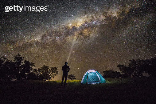 Camping under the stars in the Australian outback. - gettyimageskorea