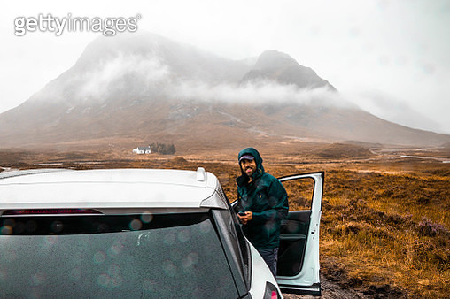 Driving off road with mud and rain in Scotland. - gettyimageskorea