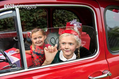 meisjes in vintage auto vol kerstkadootjes - gettyimageskorea