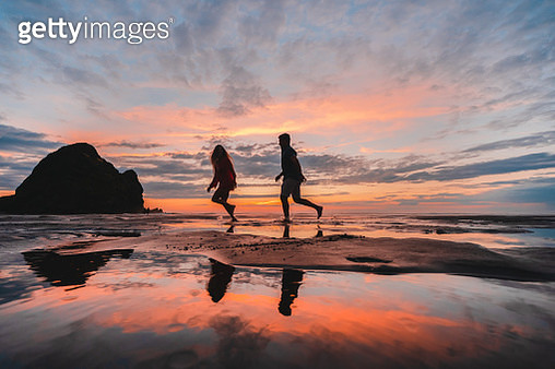 Couple Running at beach. - gettyimageskorea