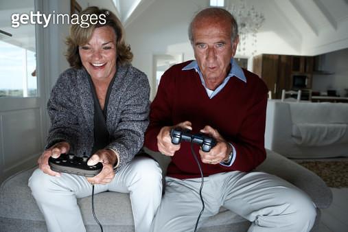 senior couple playing TV games - gettyimageskorea