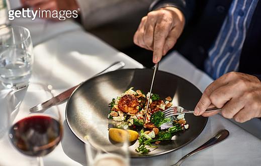 Man eating freshly prepared meal in restaurant - gettyimageskorea