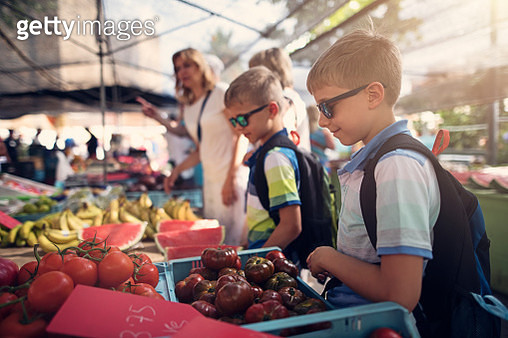 Family buying groceries at the local spanish farmer's market - gettyimageskorea