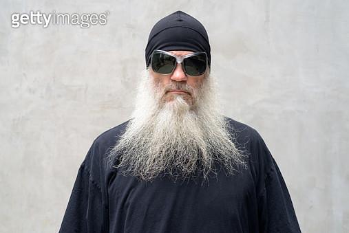 Portrait Of Man Wearing Sunglasses Standing Against Wall - gettyimageskorea