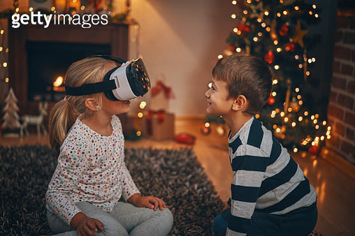 Little Kids Playing with a VR Googles in Living Room in a Cosy Christmas Atmosphere - gettyimageskorea