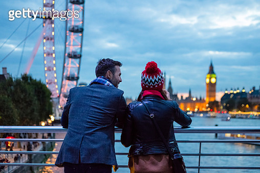 Back view of couple in London in the evening - gettyimageskorea
