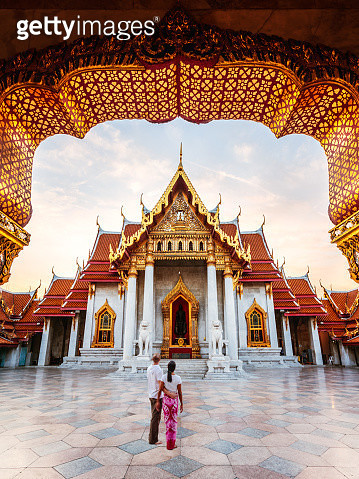 Tourist couple visiting the Marble Temple (Wat Benchamabophit), Bangkok, Thailand (MODEL RELEASED) - gettyimageskorea