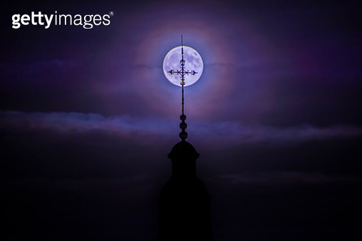 Capturing the Moon - gettyimageskorea