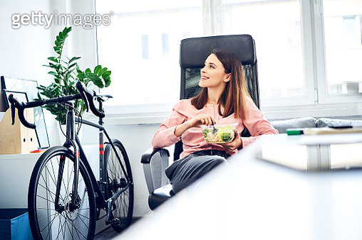 Businesswoman having lunch break in office sitting at desk - gettyimageskorea