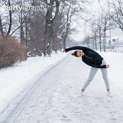 Two friends exercising in snow - gettyimageskorea
