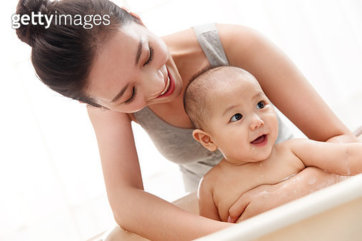 Mother to bathe the baby - gettyimageskorea