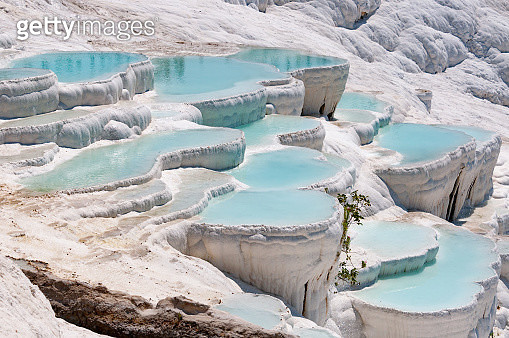 Turquoise pools in travertine terraces at Pamukkale, Turkey - gettyimageskorea