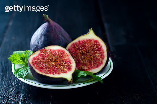 Fresh figs on a plate. - gettyimageskorea