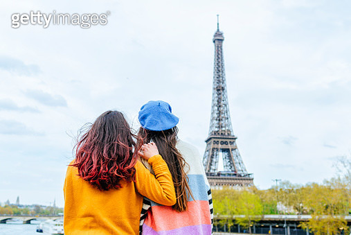 Two women from the back looking towards the Eiffel Tower - gettyimageskorea