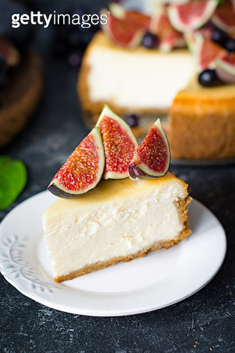 A cheesecake decorated with figs. - gettyimageskorea