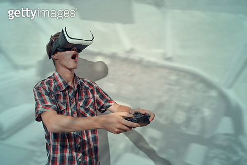 Teenage boy wearing virtual reality goggles into the cockpit airplane - gettyimageskorea