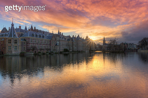 Dutch Houses of Parliament ( Binnenhof ) reflected in the Court Pond ( Hofvijver ) at Sunset - gettyimageskorea