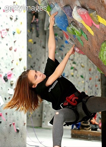 Focused Girl Climbing On Wall - gettyimageskorea