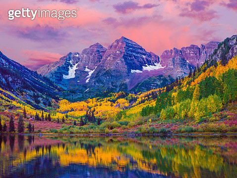 Dawn at Maroon Bells With Autumn Aspen Trees and Maroon Lake in the Rocky Mountains near Aspen Colorado - gettyimageskorea