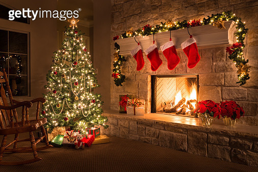 Christmas. Glowing fireplace, hearth, tree. Red stockings. Gifts and decorations. - gettyimageskorea