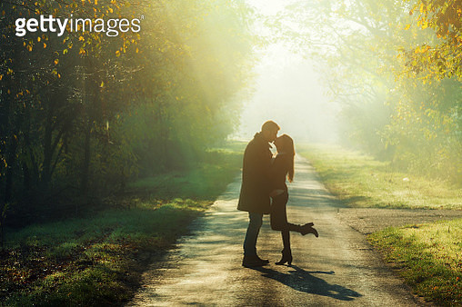 young couple kissing in the sunshine - gettyimageskorea
