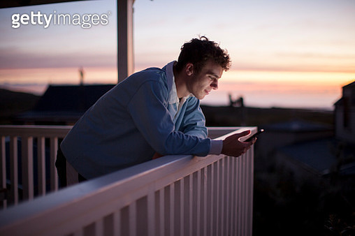 Student using smart phone to communicate with friends - gettyimageskorea
