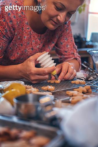 Preparing Christmas Cookies in Domestic Kitchen - gettyimageskorea