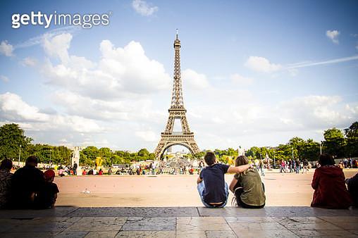 Romantic love in Paris, Eiffel Tower - gettyimageskorea