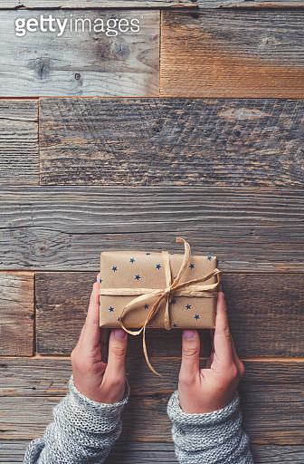 Rustic gift box on a wooden table. - gettyimageskorea