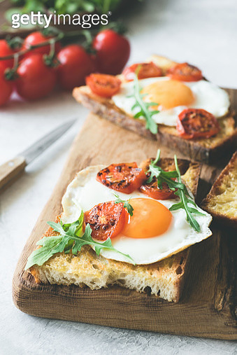 Breakfast Sandwich With Egg, Cheese And Tomato - gettyimageskorea