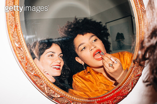 Girls at a party doing their make up - gettyimageskorea