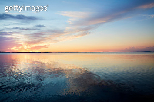 Sunset by the sea, the sky is reflected in the sea - gettyimageskorea