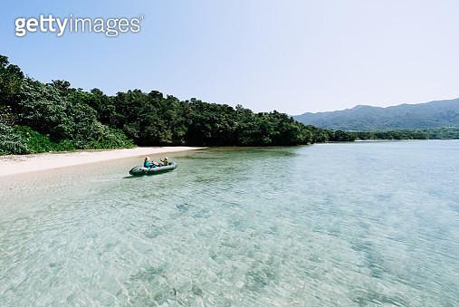 People paddling a packraft on clear tropical lagoon water, Ishigaki Island of the Yaeyama Islands, Okinawa, Japan - gettyimageskorea