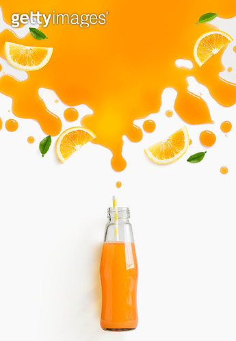 Grapefruit juice in bottle with thinking bubbles formed by slice of grapefruit. - gettyimageskorea