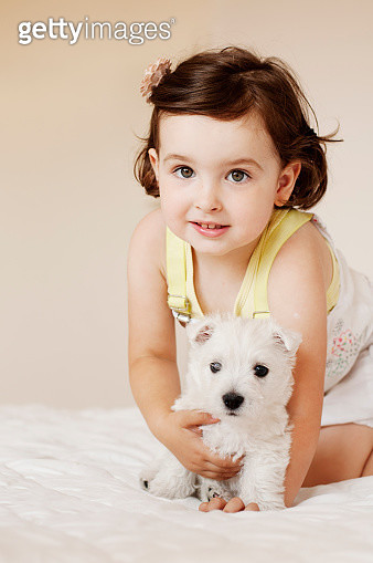 Little girl and puppy - gettyimageskorea