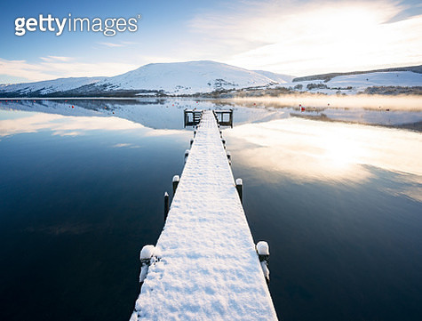 Snow covered jetty on Loch Earn in Scotland - gettyimageskorea