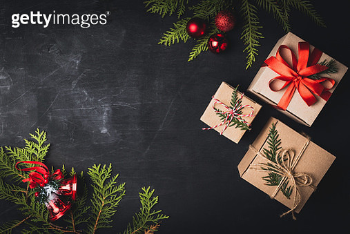 Christmas craft gift boxes on black background. Top view, copy space for text. Greeting, design template, winter holidays background or frame - gettyimageskorea