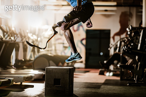 Unrecognizable amputee jumping on crate during cross training in a gym. - gettyimageskorea