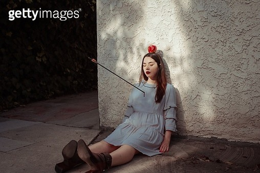 Dead Woman With Arrow And Apple Against Wall - gettyimageskorea