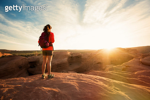 A woman hiking in Arches National park near Delicate Arch. - gettyimageskorea