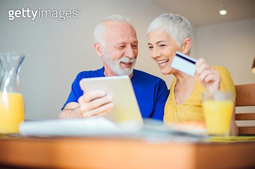 Senior couple shopping online - gettyimageskorea