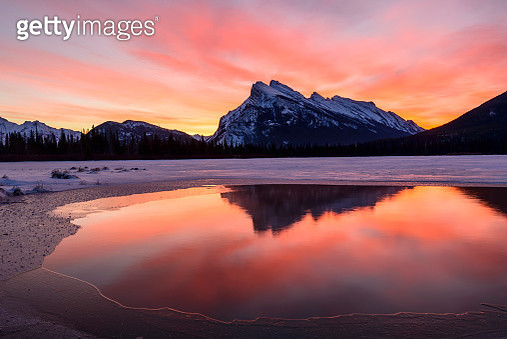 Sunrise over Mt Rundle and Vermilion Lakes - gettyimageskorea