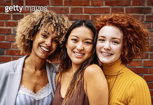 Diverse millennials in London, United Kingdom, spending time together - gettyimageskorea