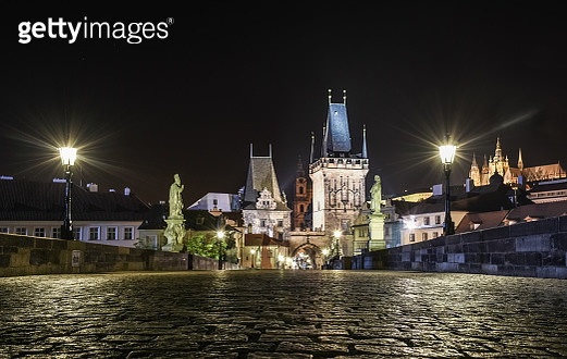 Prague's Charles Bridge with side statues, lesser town bridge towers and Mala Strana skyline illuminated at night in Prague, Czech Republic, a UNESCO heritage site - gettyimageskorea