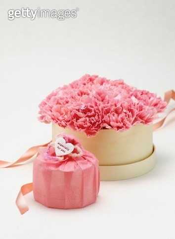 Pink flowers in box and gift box - gettyimageskorea