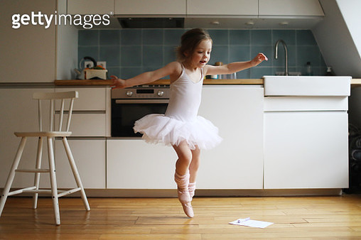 A 4 years old girl dressed as a dancer, dancing in the kitchen - gettyimageskorea