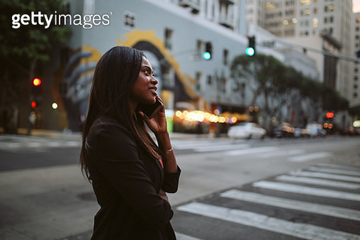 fashionable young woman talking on the cellphone in downtown Los Angeles - gettyimageskorea