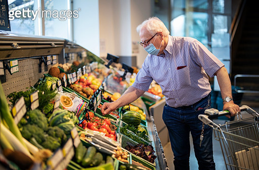 Senior man with face mask buying vegetables in grocery store - gettyimageskorea