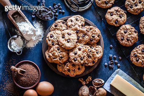 Preparing chocolate chip cookies - gettyimageskorea