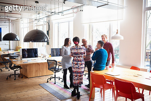 Co-workers in an informal meeting in modern office - gettyimageskorea